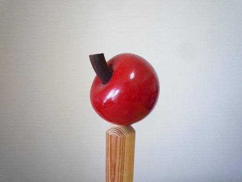 リンゴが乗ったスウェーデン製のキッチンペーパーホルダーを愛用しています