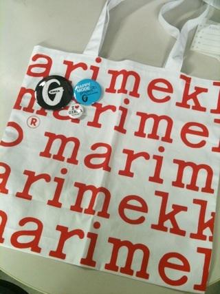 雑誌『GINZA(ギンザ)10月号』は、店舗限定でマリメッコのトートバッグ&缶バッジが付くそう