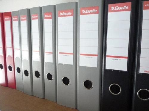壁面本棚にはESSELTE(エセルテ)のレバーアーチファイルが並ぶ予定