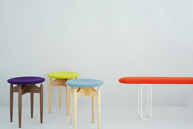皆川明デザインのスツール、三谷龍二デザインのベンチ
