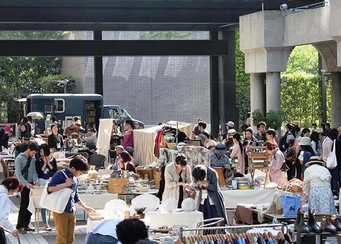 今週末の「赤坂蚤の市」は1周年記念の特大号