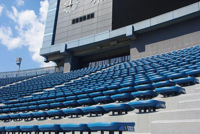 解体された国立競技場の自由席シートがカリモク製家具に