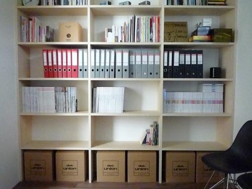 壁一面の作り付け本棚1
