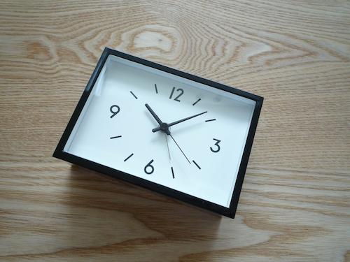 無印で買ったアラームクロック「駅の時計」が、使うほどにお気に入りになっていくので、これの壁掛けバージョンを買い足すことにしました。四角い壁掛け時計も珍しい  ...